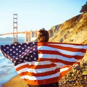 mujer con bandera de USA